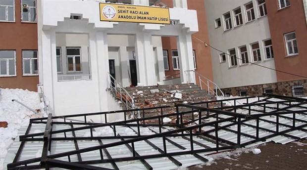 Okulun çatısı kar nedeniyle çöktü 86