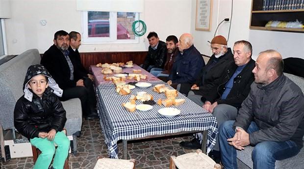 Trabzon'da bir imam bedava kahvaltıyla cemaat topluyor