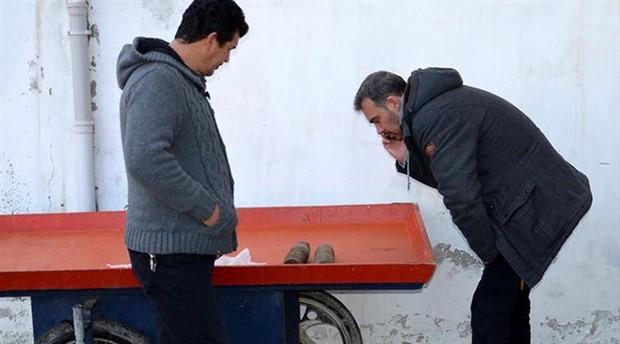 Balık tutmaya giden balıkçı, sahilde patlamamış top mermileri buldu