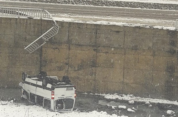 Trabzon'da yolcu minibüsü dereye yuvarlandı