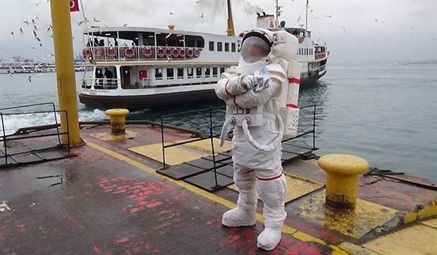 Astronot, metrobüsün ardından İstanbul sokaklarında