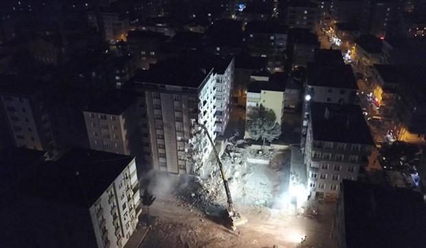 Kartal'da riskli bulunan binaların yıkımına başlandı