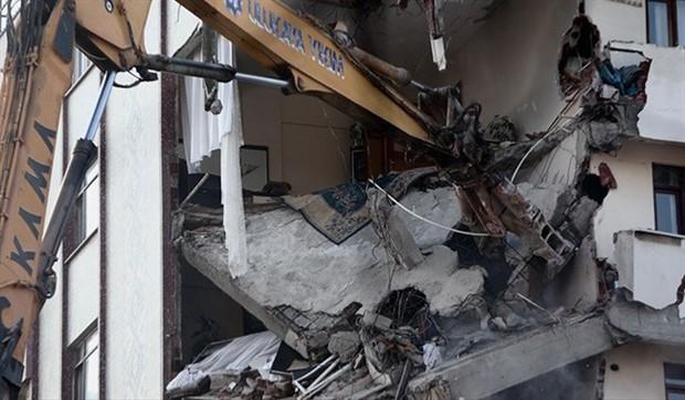 Kartal'da yıkılan binalardan midye ve salyangoz kabukları çıktı