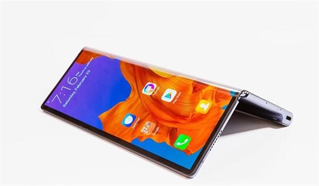 Huawei, katlanabilir akıllı telefonunu tanıttı