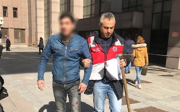 Polisler tarafından darp edildiğini söyleyen oduncu adliyeye baltayla geldi