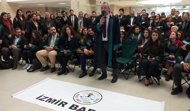 Avukatlardan oturma eylemi: İzmir Adliyesi'nde sorunlar bitmiş değil