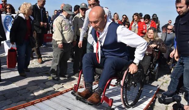 CHP'nin İzmir adayı Soyer, farkındalık için tekerlekli sandalye ile gezdi