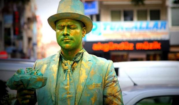 İzmir'de sokak sanatçısına zabıtadan ceza