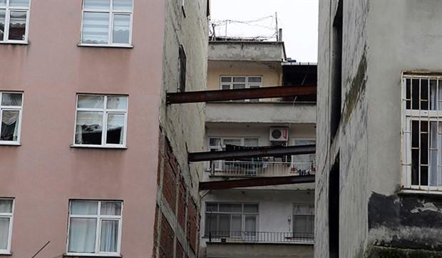 Eğim oluşan binaya demir direkli önlem