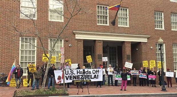 ABD'de Trump'ın darbe politikasına tepki büyüyor: Venezuela elçiliğini koruma nöbeti