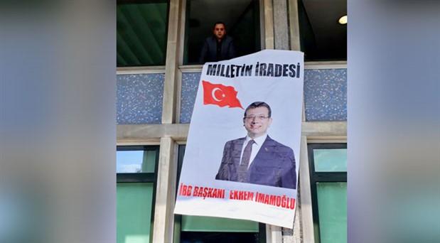 İBB binasına Ekrem İmamoğlu pankartı astı