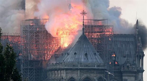 Fotoğraflarla Notre Dame Katedrali'nde yangın