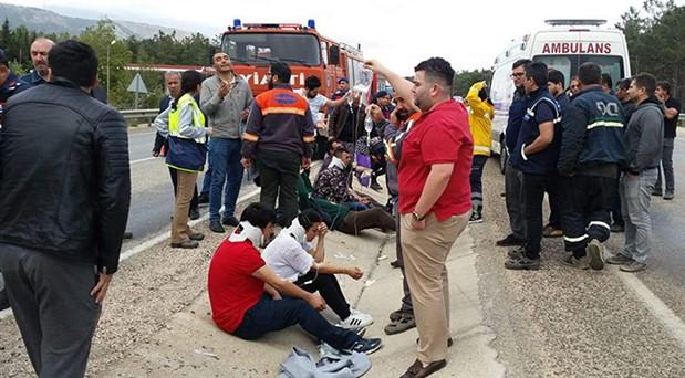 Mersin'de tarım işçilerini taşıyan midibüs devrildi: 11 yaralı