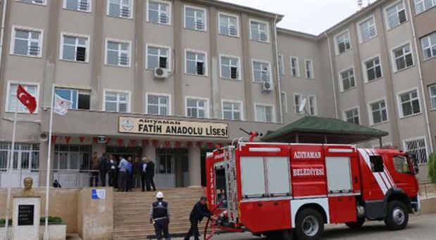 Okulda çıkan yangında 2 öğrenci dumandan etkilendi