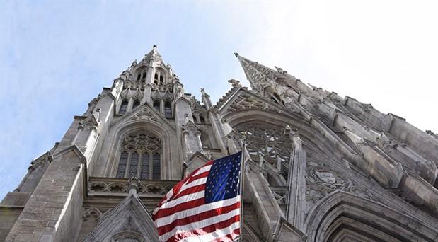 New York'ta katedrale benzinle girmeye çalışan kişi gözaltına alındı