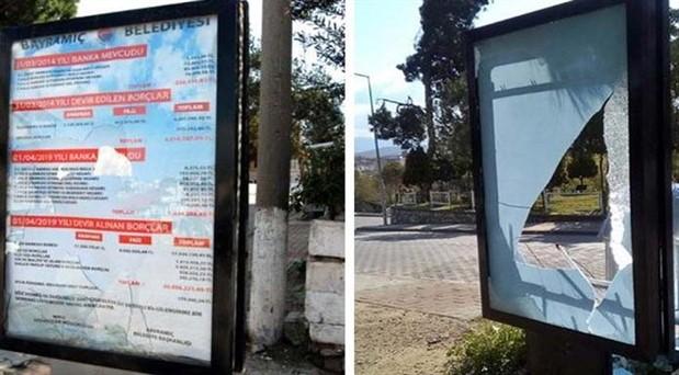 AKP'li belediyeden kalma borçların asılı olduğu billboardlar tahrip edildi