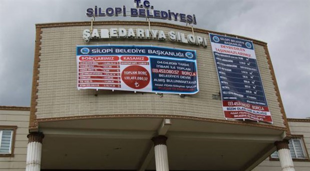 Silopi kayyumunun borçları belediye binasına asıldı