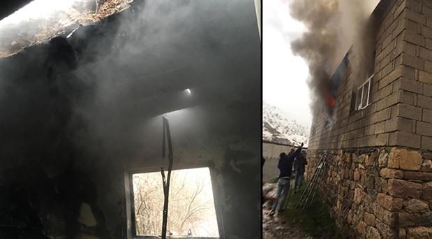 Çukurca'da yıldırımın isabet ettiği ev yandı