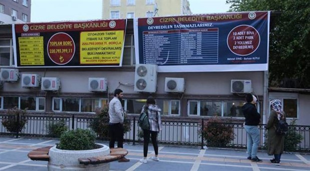 Bulanık'tan sonra Cizre: Belediyenin borç pankartına müdahale