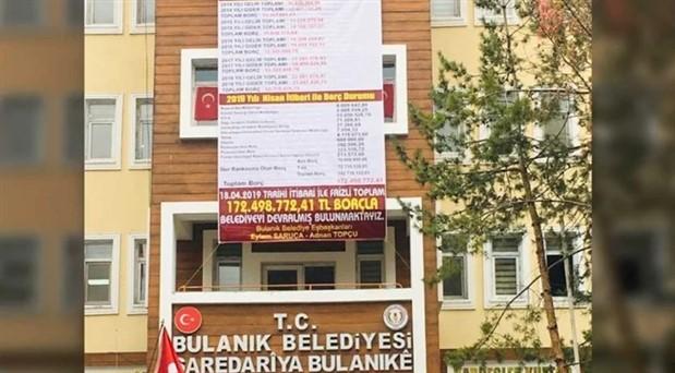"""Eski kayyum, belediyenin """"borç bilgilendirme"""" pankartını indirtti"""