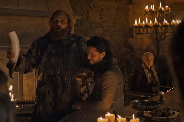 Game of Thrones sahnesinde Starbucks bardağı
