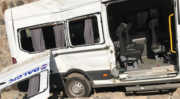 Antep'te işçileri taşıyan minibüs devrildi: 10 yaralı