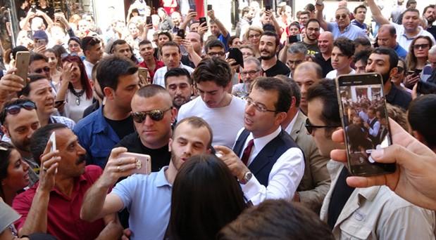 Ekrem İmamoğlu'na İstiklal Caddesi'nde büyük ilgi