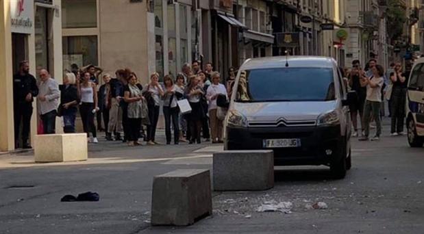Fransa'da bombalı paket patladı: Yaralılar var