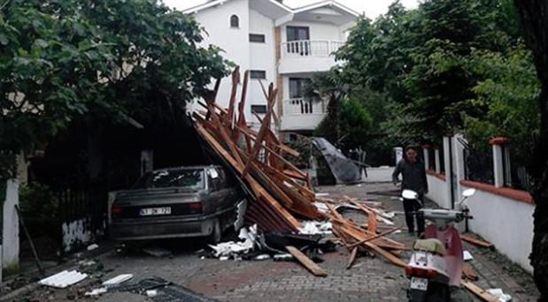 İstanbul ve Kocaeli'de şiddetli rüzgar: Çatılar uçtu, ağaçlar devrildi