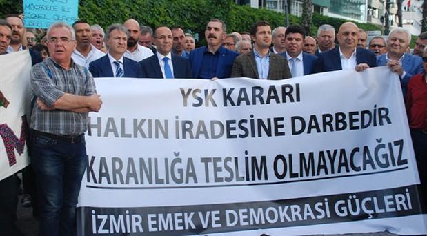 İzmir 'Demokrasi Nöbeti'ne devam ediyor