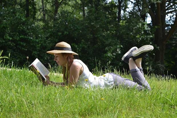 Kitabını al doğaya kaç
