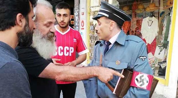 Kadıköy'de Hitler kostümüyle gezen kişiye yurttaşlardan tepki