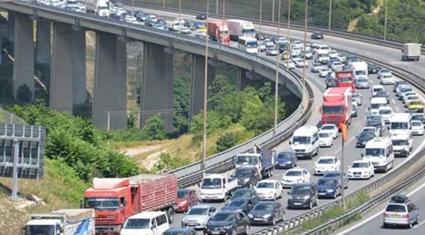 TEM'de otomobil TIR'la çarpıştı: 5 kişi hayatını kaybetti