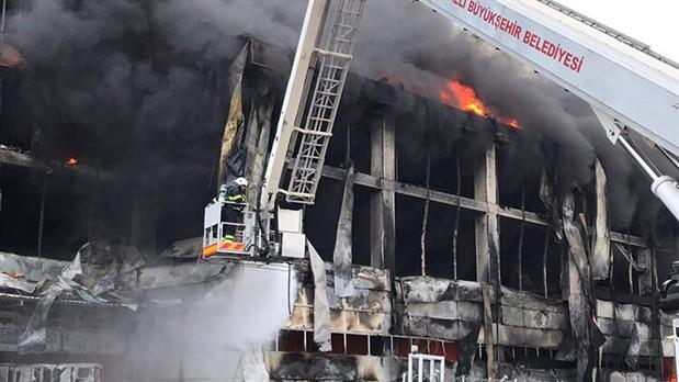 Çayırova'da çıkan fabrika yangını Meclis gündeminde