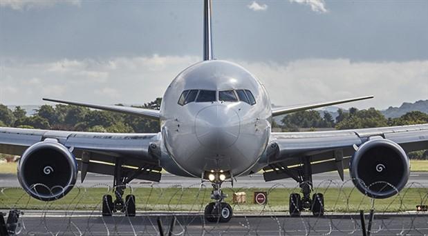 Yolcu uçağın acil çıkış kapısını tuvalet sanıp açtı