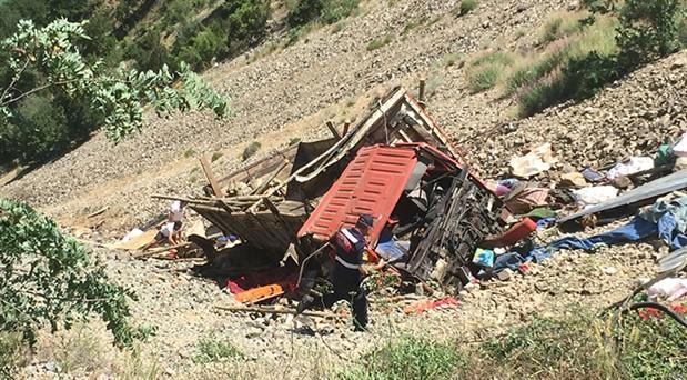 Artvin'de kamyon uçuruma yuvarlandı: 1 ölü, 8 yaralı