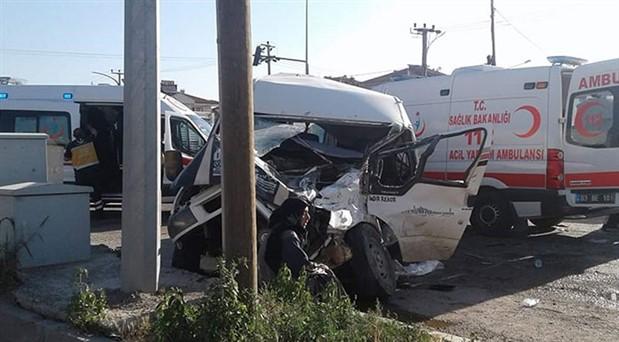 Tarım işçilerini taşıyan minibüs TIR ile çarpıştı: 14 yaralı