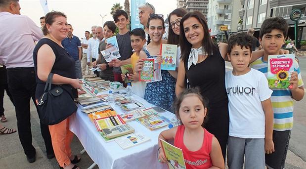 Mezitli'de çocuklar kitap satıp sokak hayvanlarına mama alıyor