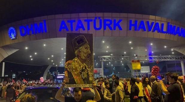 Atatürk Havalimanı'ndaki 15 Temmuz anmasında Vahdettin portresi taşındı
