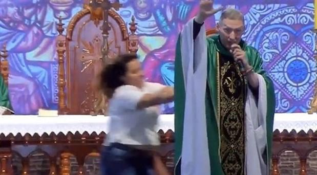 """Rahibin sahneden itilme sebebi """"şişman kadınlar cennete gidemez"""" demesi değilmiş"""
