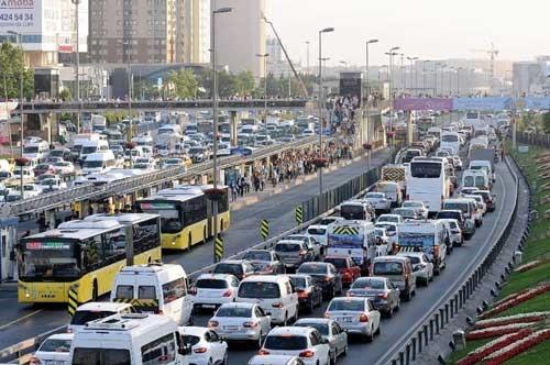 İstanbul'da trafik para ve zaman harcatıyor: Trafik yoğunluğunun  İstanbullulara maliyeti 15 TL