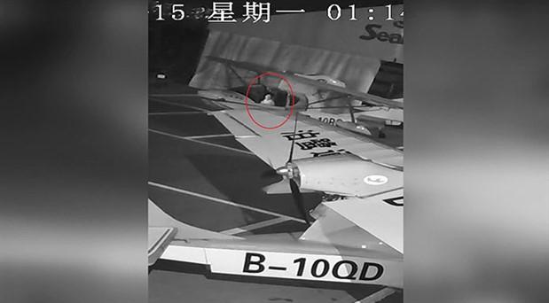 Çin'de bir çocuk uçak çalmaya çalışırken görüntülendi
