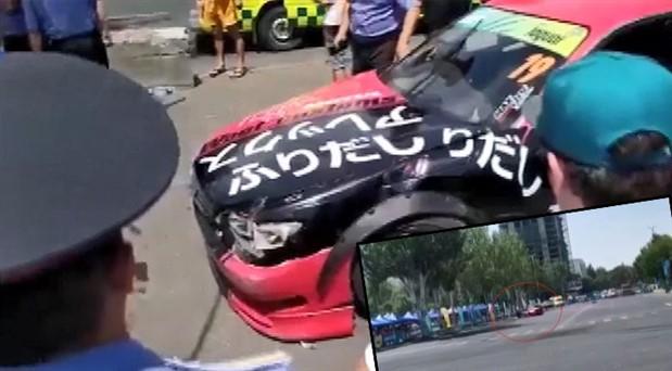 Kırgızistan'da yarış otomobili izleyicilerin arasına daldı