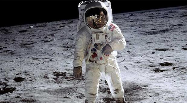 Ay'a ayak basılan anın görüntüleri 1.8 milyon dolara satıldı