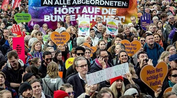 Protestocu binleri gören   aşırı sağcılardan geri adım