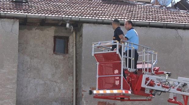 Binanın çatısında asılı kalan güvercin kurtarıldı