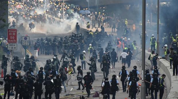 Hong Kong'da eylemcilere polis saldırısı