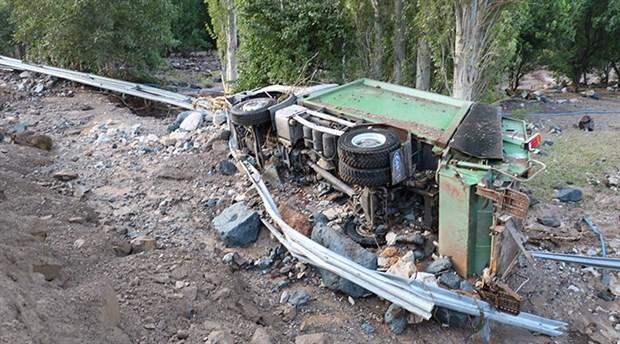 Sivas'ta HES kanalı patladı: 2 araç suya kapıldı, yaralılar var
