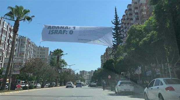 Zeydan Karalar'dan Adana sokaklarına 'israf' pankartı