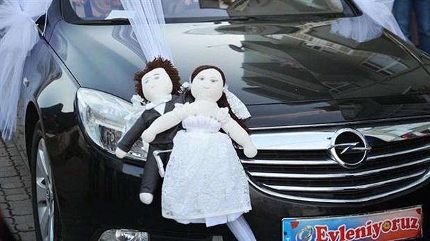'Evleniyoruz' yazılı araçla geldiler, 1,7 milyon lirayı gasp ettiler